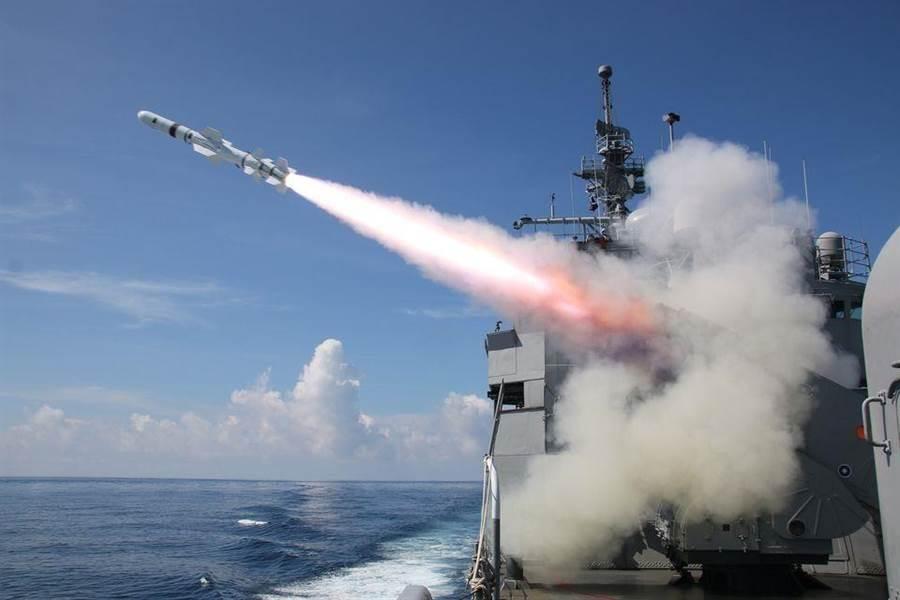 海軍濟陽級巡防艦發射魚叉飛彈。(圖/中華民國海軍 臉書)