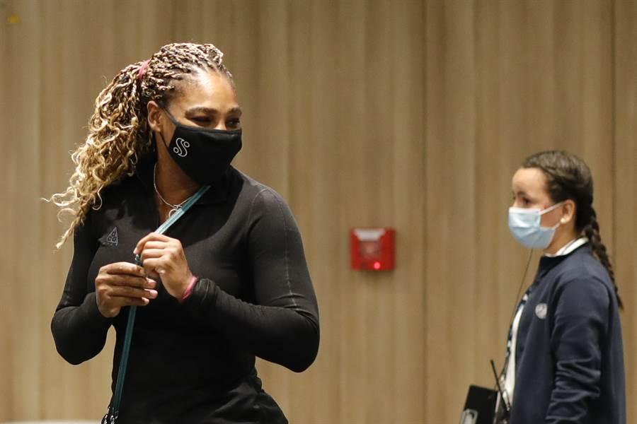小威廉絲(左)因為阿基里斯腱傷是,退出今年法網女單。(美聯社)