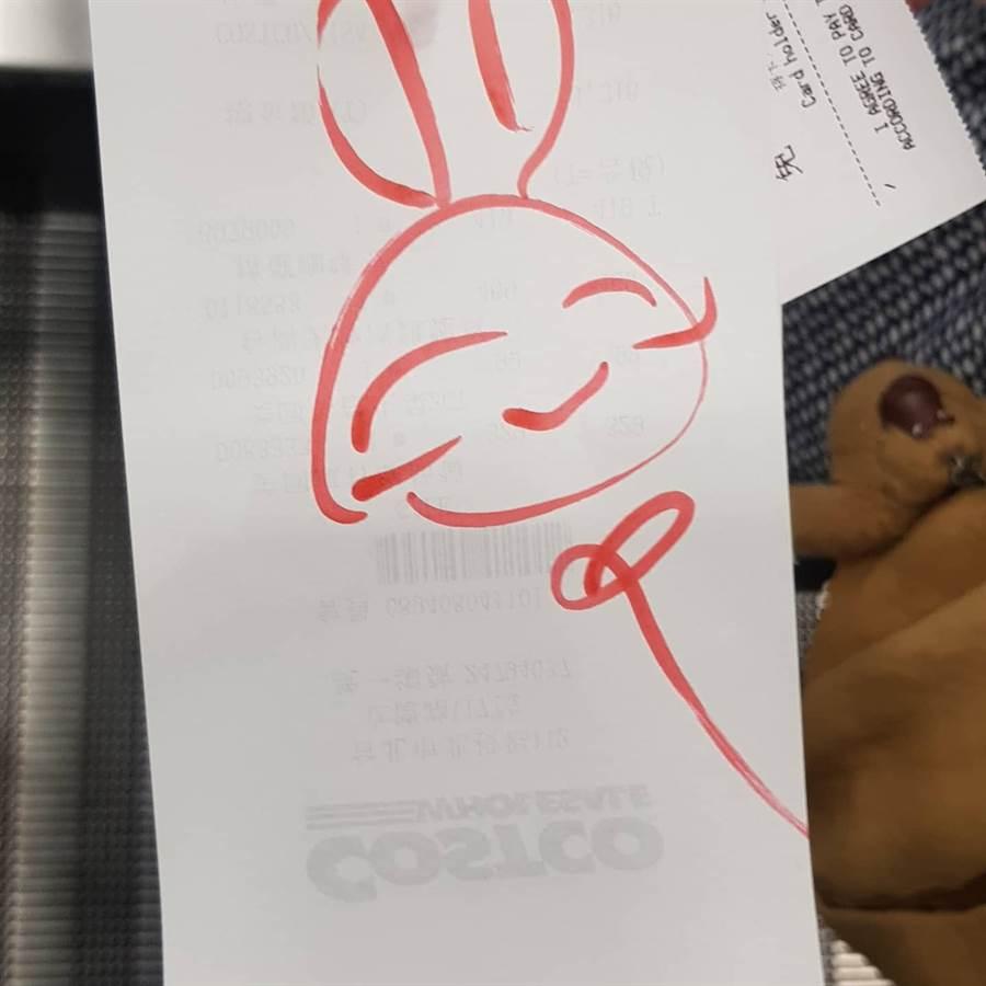 發票檢查員發現原PO帶著2歲兒子,便在發票上畫了應景的微笑兔寶寶,讓他們感動不已 (圖/Costco好市多 商品經驗老實說)