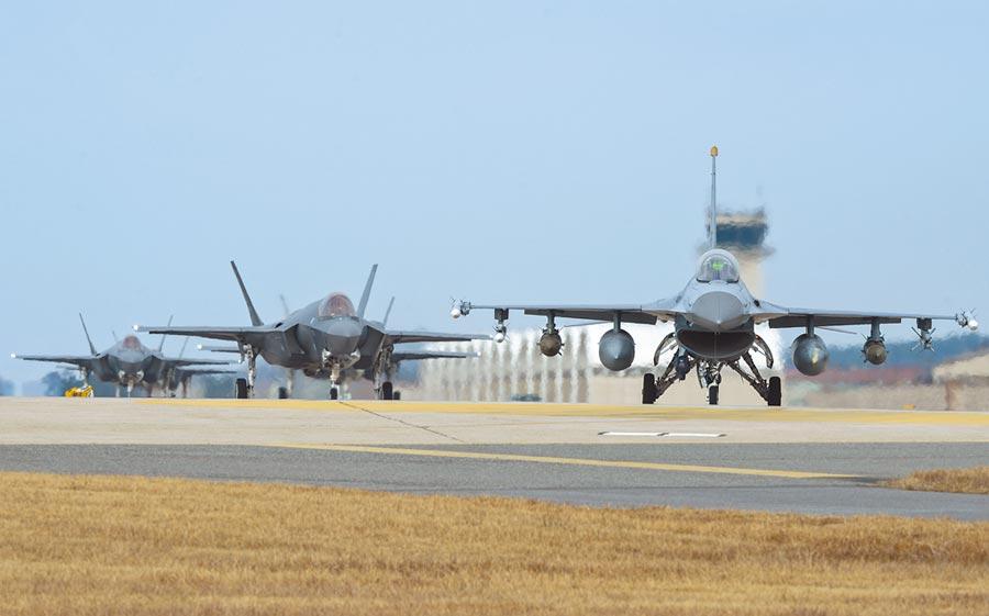 台美軍售有可能進階到攻擊性武器,國防部長嚴德發昨在立法院答詢時指出,將因應情勢變化調整。圖為美國空軍演練照片,前為F-16,後為F-35。(美聯社)