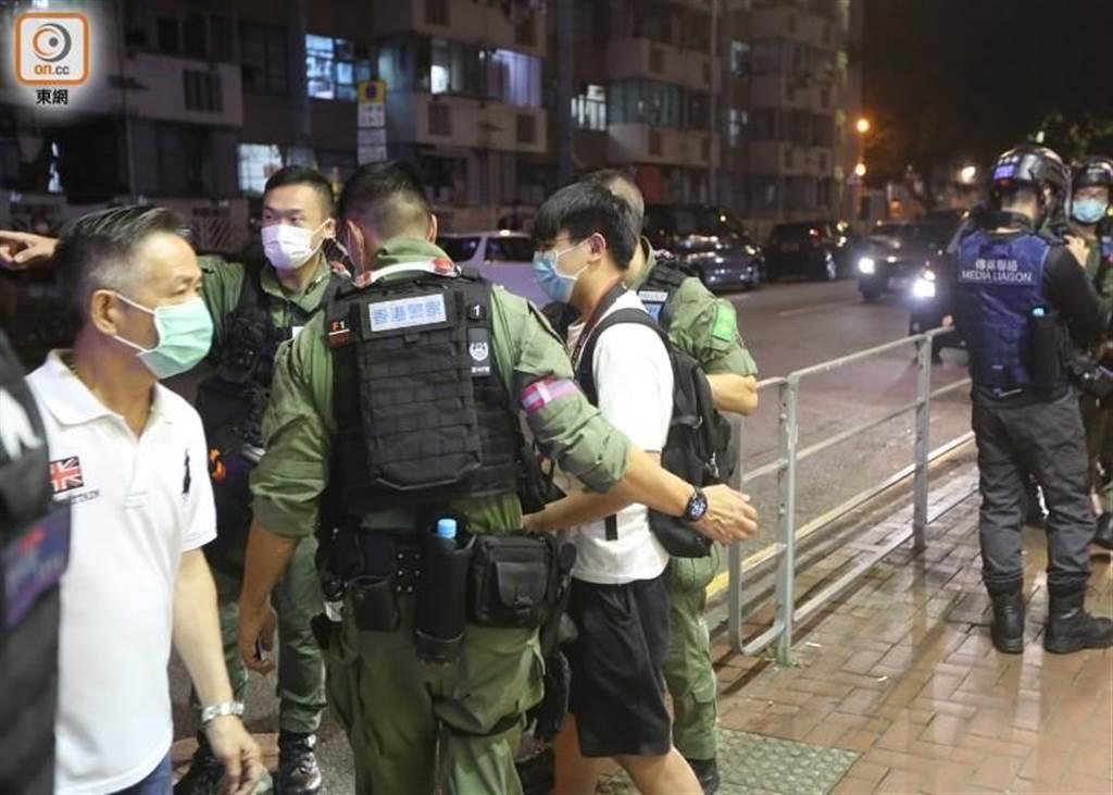 香港警察在荃灣一帶,帶走疑未滿16歲網媒記者。(圖/翻攝自 東網)