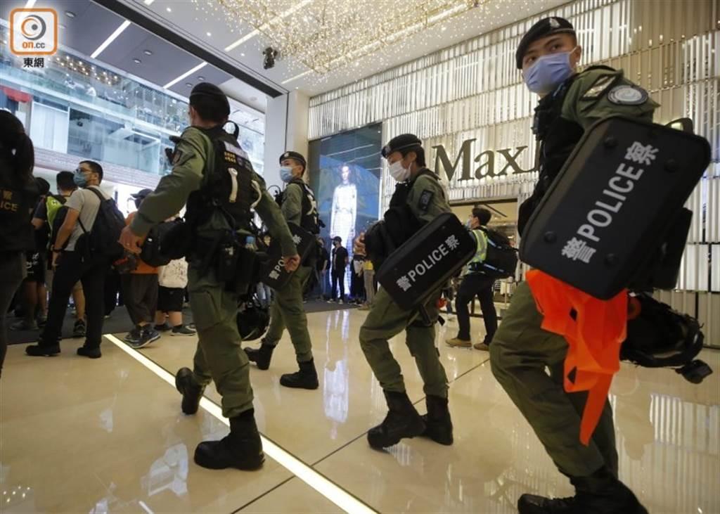 香港防暴警一度進入百貨公司。(圖/翻攝自 東網)