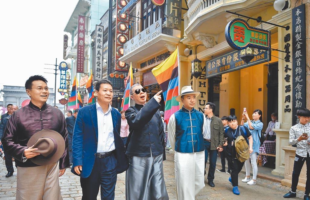 馮小剛向民眾(左3)介紹「馮小剛電影公社」南洋街建築。(新華社資料照片)