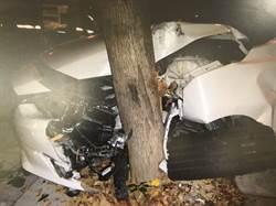 車撞路樹卡住 安全氣囊爆開男安全脫困