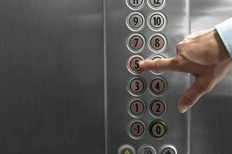 電梯「計算機式按鍵」超複雜 網一看冒汗:考驗人生