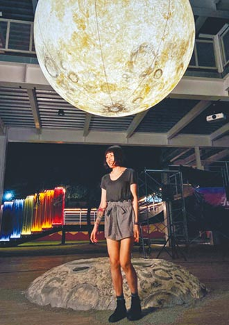 月亮藝術高掛 連假吸引人潮