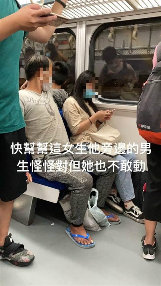 原PO靈機一動,利用手機內見功能,將眼見所為分享給其他乘客。(圖/翻攝自Dcard)