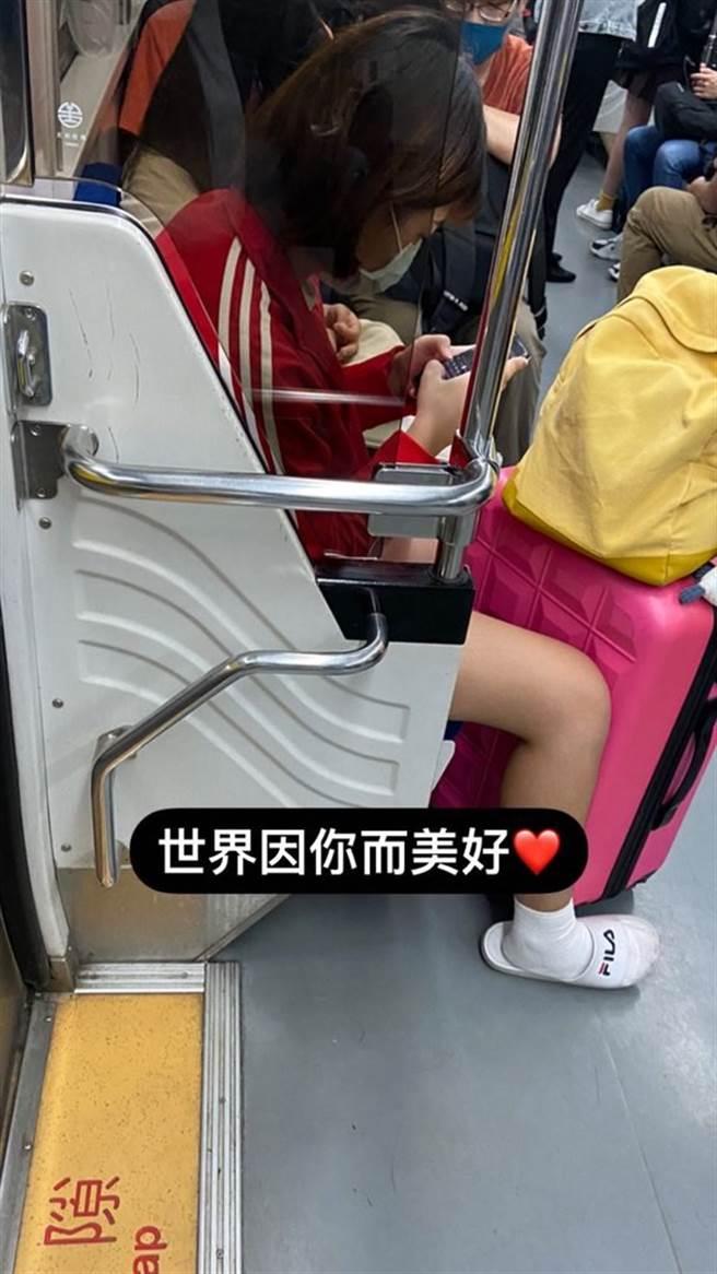 她非常感謝車上許多熱心的乘客,接受到他人傳來的照片,也感到心裡相當溫暖。(圖/翻攝自Dcard)
