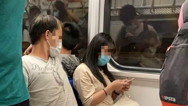 一名女子在台鐵遇怪阿伯騷擾,也不敢吭聲,幸有好心乘客出手。(圖/翻攝自Dcard)