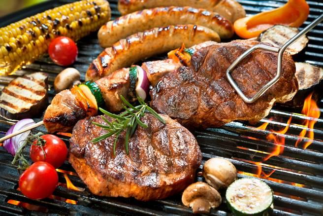 中秋烤肉、火鍋吃進多少油?營養師答案驚人。(示意圖/達志影像)
