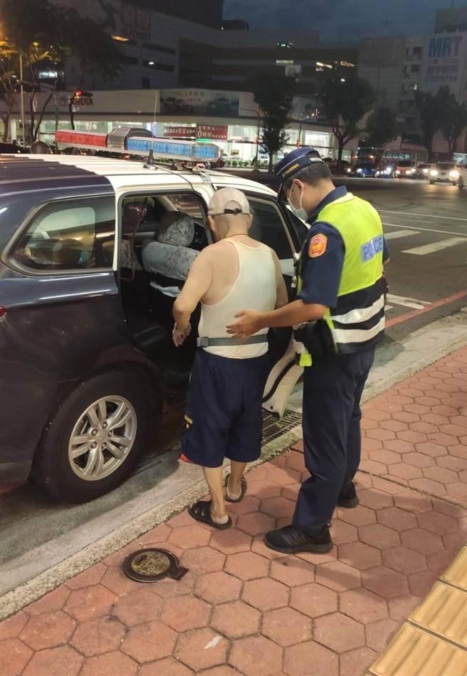 77歲的陳姓老翁(圖左)日前下午出門至距離住家350公尺的郵局領錢,返家時,卻突然都找不到回家的路。(台中市警第三分局提供/張妍溱台中傳真)