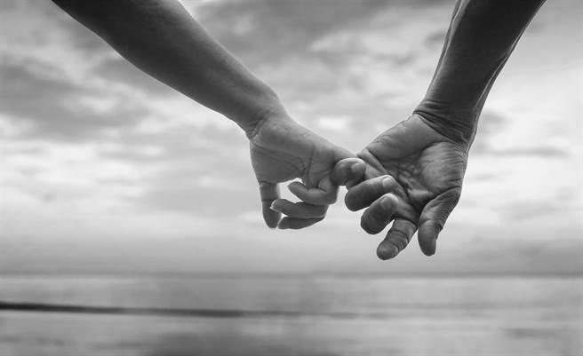 1日上午8時許,高雄市苓雅區光榮碼頭海域發現1對男女浮屍,警方調查發現,他們是一對感情深厚的夫妻。(示意圖,達志影像/shutterstock)