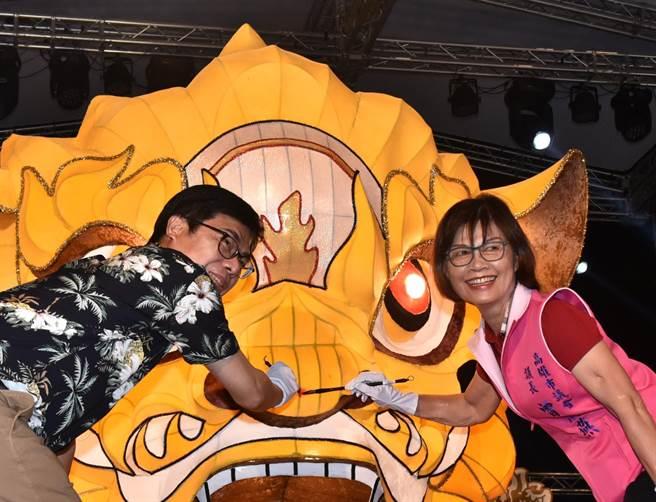 高雄市長陳其邁(左)與高雄市議會議長曾麗燕為1日晚間為金火獅點睛。(林瑞益攝)