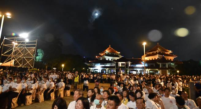 萬年季晚會1日舉行,吸引許多民眾到場參加,天上的月亮也不時露臉。(林瑞益攝)