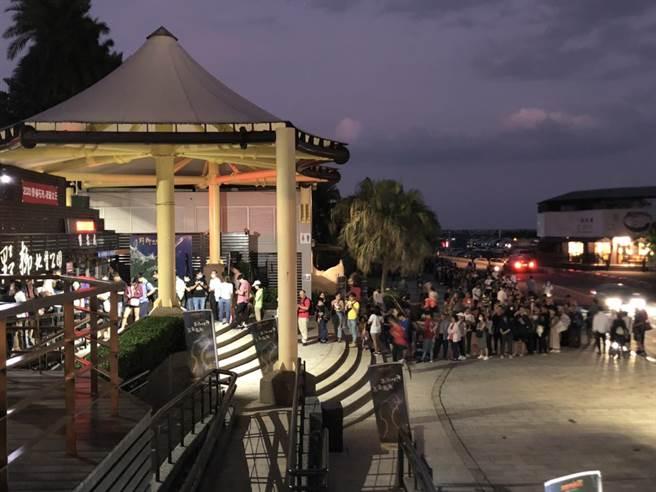 野柳地質公園9月27日至10月4日推出「野柳石光–夜訪女王」活動,只要憑統一發票即可免費入園,今(1日)適逢中秋節連假,晚間湧入逾3600名遊客。(翻攝畫面)
