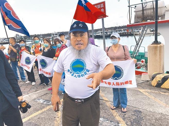 數十名保釣人士下午在漁港高舉國旗吶喊,要求日本為巡邏艦衝撞我漁船道歉。(陳彩玲攝)