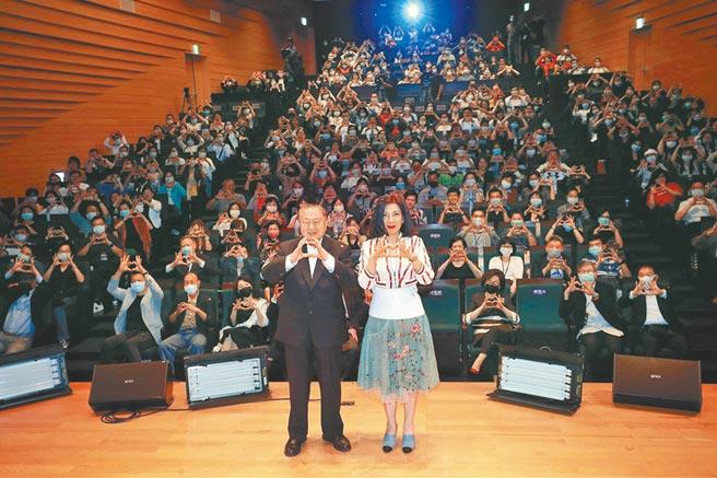 陳文茜(右)日前在粉絲見面會上,與台達電創辦人鄭崇華在台上比出保護地球手勢。(中天新聞台提供)