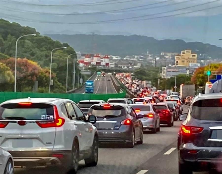 網友分享照片,數公里長的高速公路成了臨時停車場。(翻攝爆廢公社)