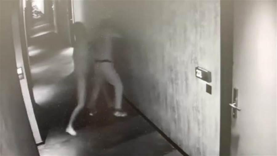 全身赤裸的楊男竟衝出房間狂毆黃姓房務人員。(翻攝照片/林郁平台北傳真)