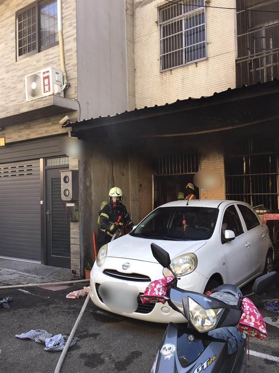 平鎮一處民宅驚傳火警,屋內4人遭嗆傷。(翻攝照片/黃婉婷桃園傳真)