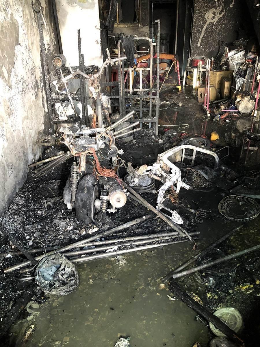 初步研判起火點位於1樓,屋內家具及裝潢燒得面目全非。(翻攝照片/黃婉婷桃園傳真)