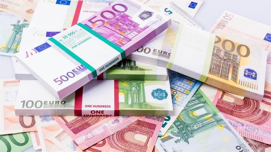 一名巴黎女子繼承老媽公寓,打開上鎖地窖後驚見約2000萬台幣的鉅款,可能涉及犯罪。(示意圖,達志影像/shutterstock)
