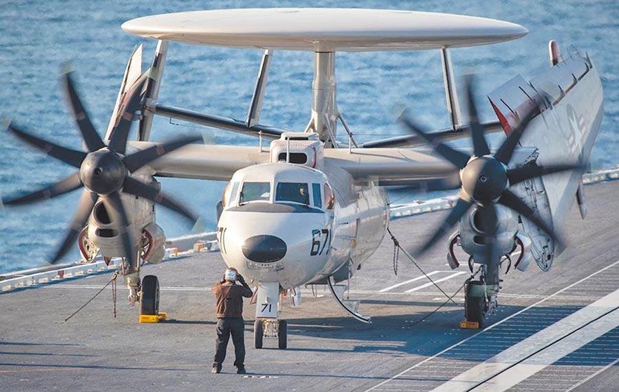 美軍現役福特號(CVN-78)航母上的E-2D艦載預警機。(取自美國海軍臉書)