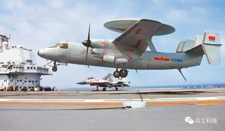 艦載預警機是航母編隊另一個空中指揮中心。(取自微博)