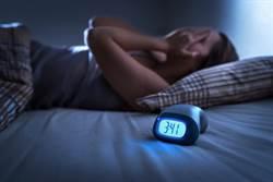 用手機設鬧鐘恐失眠!醫揭「3大壞習慣」:太早吃晚餐也NG