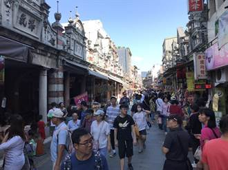 中秋連假遊客出籠 人潮擠爆拉拉山、大溪老街
