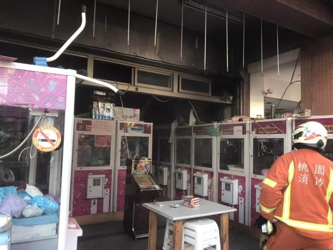 大園區中山北路附近的娃娃機店家,其中一台娃娃機台上方的機器起火,目前起火原因不明尚待釐清。(翻攝照片/姜霏桃園傳真)