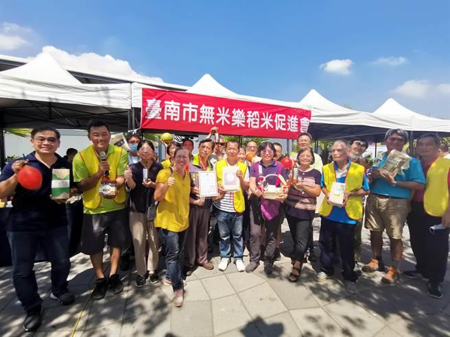 台南無米樂稻米促進協會的農友們到國道1號新營休息站南站舉辦「友善耕作-小農市集」。(劉秀芬攝)
