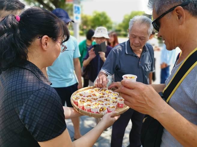 國道1號新營休息站南站「友善耕作-小農市集」推出米食試吃。(劉秀芬攝)