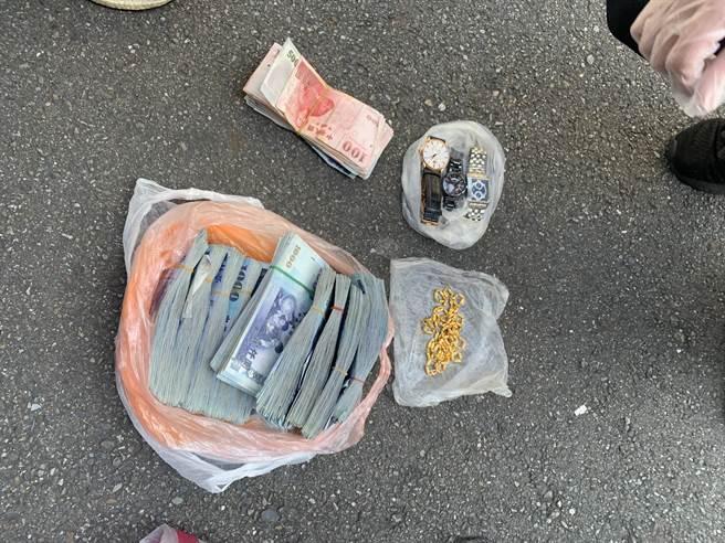 警方從張嫌的自小客後車箱內,起獲贓款127萬4200元、黃金項鍊2條、手錶3只等贓物。(翻攝照片/林郁平台北傳真)