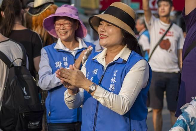 雲林國際偶戲節踩街,雲林縣長張麗善隨著鼓聲舞動,沿途吸引許多民眾佇足觀賞。(周書聖攝)