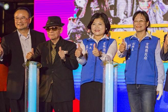 雲林國際偶戲節2日晚上舉行「男神時代」音樂會,布袋戲國寶大師黃俊雄蒞臨參與,現場湧入千名觀眾。(周書聖攝)