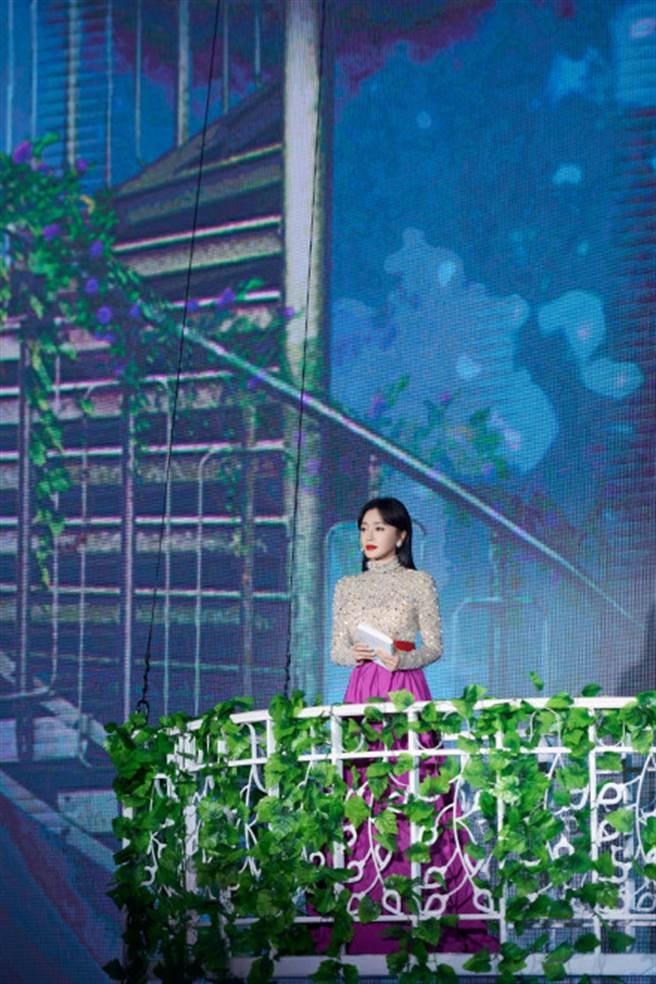 大陸女星秦嵐身穿碎鑽禮服性感出席2020年中秋晚會。(圖/摘自微博@秦岚工作室)