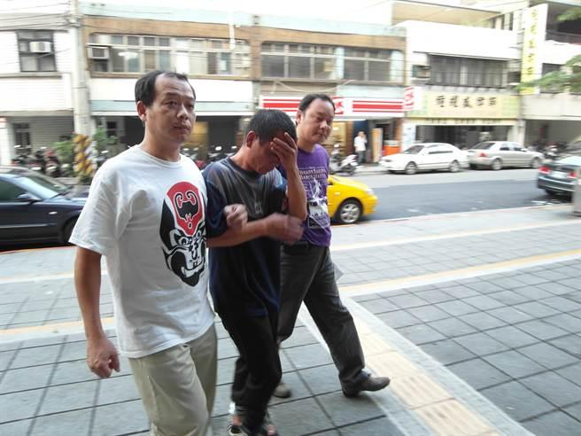 兇嫌蔡榮樹(中間男子)是名曾犯下姦殺女童案的禽獸。(中時資料庫)