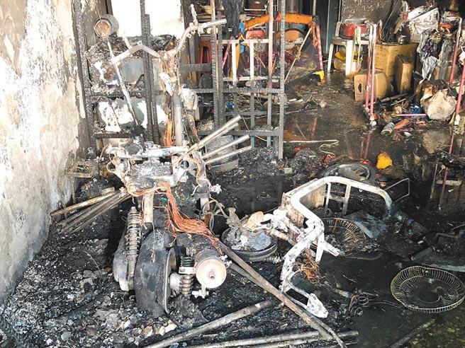 桃園市平鎮區1日下午驚傳民宅火警,屋內的電動車與家具燒得面目全非。(翻攝照片/黃婉婷桃園傳真)