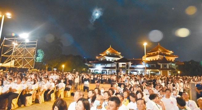 高雄左營萬年季今年邁入第20年,1日晚間在蓮池潭盛大登場。(林瑞益攝)