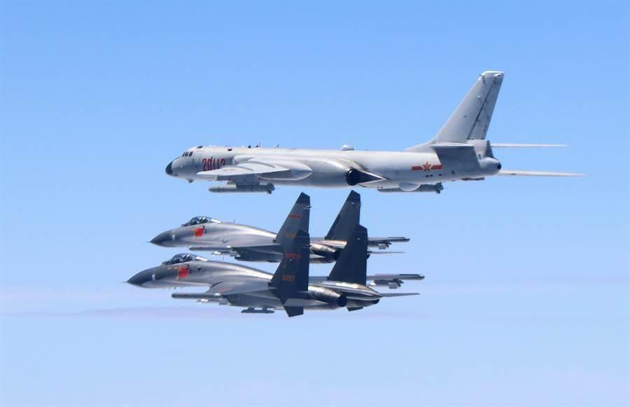 圖為共軍轟-6K轟炸機與護航蘇-35戰機繞行台灣。(圖/新華社)