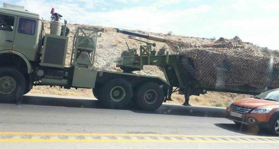 傳伊朗派T72S主戰坦克、前蘇制122毫米榴彈炮(2A18),軍援亞美尼亞。(圖/翻攝自 Military Armed Forces 臉書粉專)