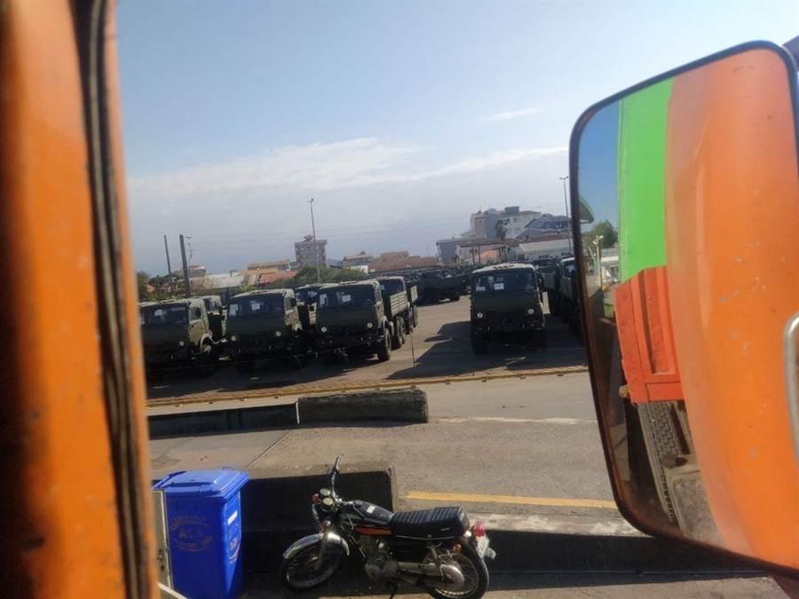 一支由50輛俄羅斯「卡瑪茲KAMAZ--43114軍用卡車」組成的武器運輸車隊,已經由境內的伏爾加格勒到達阿斯特拉坎(Astrahan)港口,傳將支援亞美尼亞的武裝部隊。(圖/翻攝自 Military Armed Forces 臉書粉專)