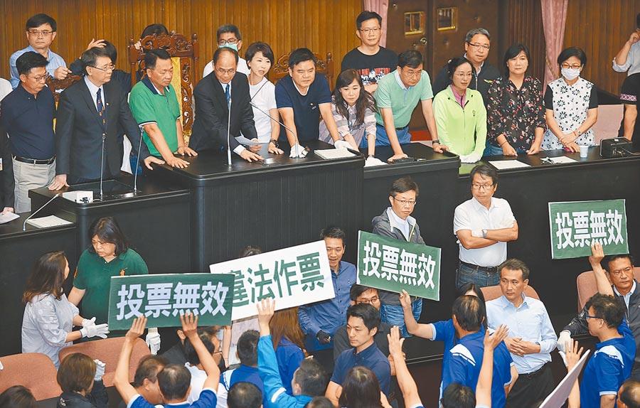立法院行使監察院人事同意權投票遭質疑程序有瑕疵。圖為今年7月國民黨抗議審查無效的畫面。(本報資料照片)