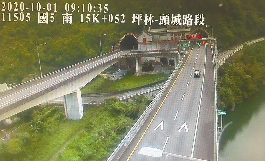 中秋連假首日,國道五號的行車狀況相當順暢,上午9點時的雪隧入口也不見南下車潮。(坪林交控中心提供/胡健森宜蘭傳真)
