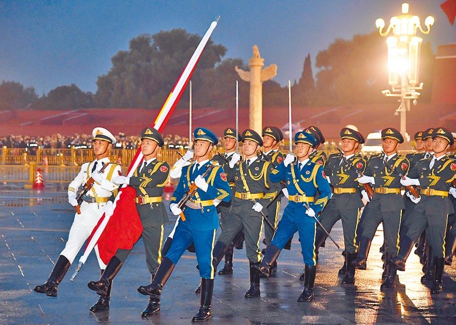 《解放軍報》罕見在中秋發表社論,呼籲國家團結。圖為10月1日,解放軍在天安門廣場舉行十一升旗儀式。(新華社)