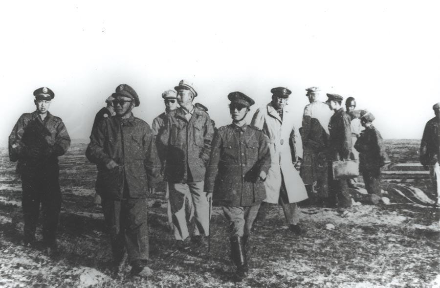 東南軍政長官陳誠將軍(左4)與湯恩伯將軍(左2)等親赴第一線視察。(本報系資料照片)