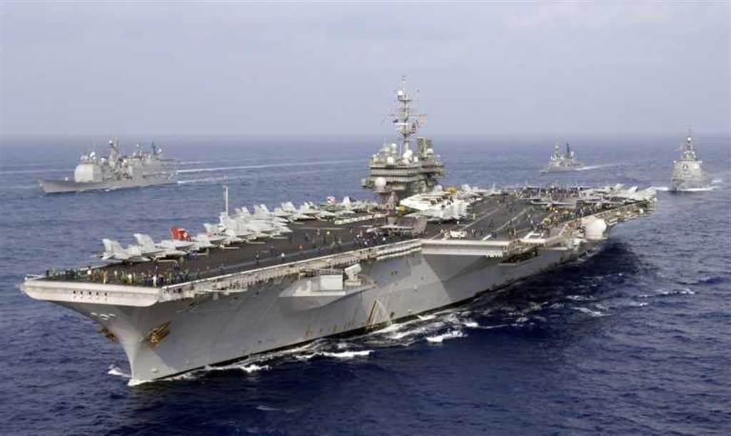 1994年美小鷹號航母戰鬥群與解放軍核潛艦及戰機在南海對峙,開啟了美軍戰略轉移的先聲。自此引發了一連串美中軍事磨擦事件。(圖/美國海軍)