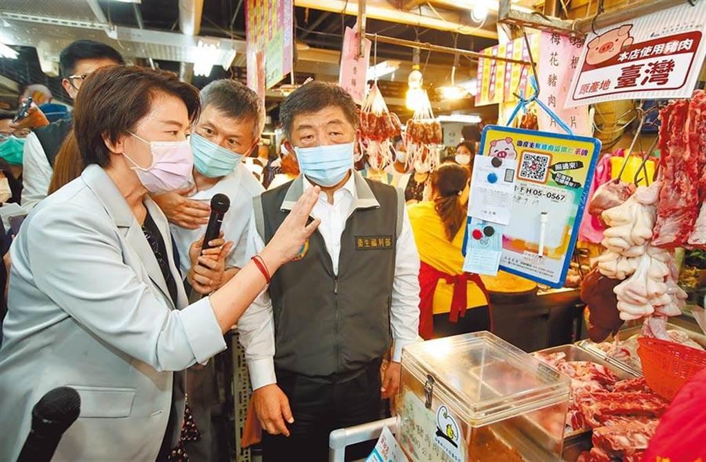 衛福部長陳時中(右)9月17日在台北市副市長黃珊珊(左)的陪同下,前往北市迪化街永樂市場視察食藥署的產地標示試辦區活動。(資料照,鄭任南攝)
