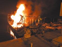 千人中秋放煙火 漁船燒剩骨架
